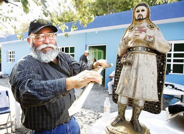 Uno de los líderes de las Autodefensas Estanislao Beltrán Torres muestra la espada que perteneció a Nazario, uno de los cabecillas de Los Templarios
