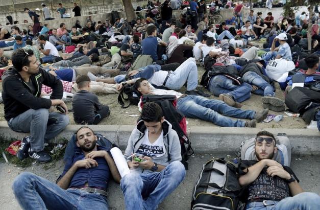 IST20 ESTAMBUL (TURQUÍA) 15/09/2015 .- Varios refugiados sirios descansan en la estación de autobuses de Estambul, Turquía, hoy 15 de septiembre de 2015. Cientos de refugiados sirios están tratando hoy de pasar por tierra de Turquía a Grecia, con la intención de seguir luego el viaje hacia Alemania, para evitar así la peligrosa ruta marítima para entrar en territorio heleno. EFE/Sedat Suna